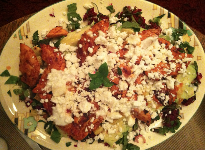 Bieten-quinoasalade met avo, feta en geblakerde kip