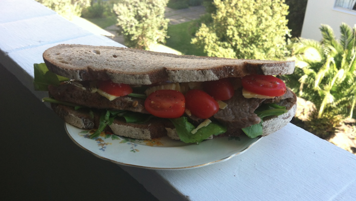Philly Steak Sandwich, die over je bord heen hangt