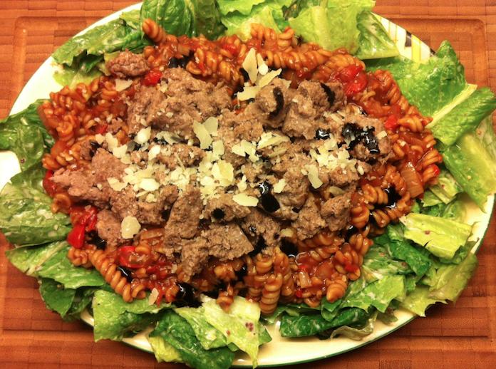 Fusilli met peppadew, worstjes en een frisse salade