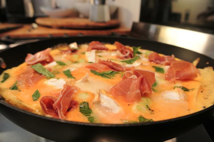 Retteketet een omelet met munt, geit en parmaham