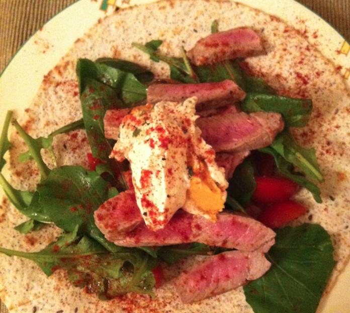 Beef wraps met creme fraiche, humus, pompoen & paprika