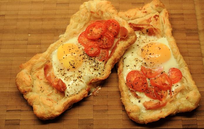 Bladerdeeg-eitje met parmaham en cherry-tomaatjes