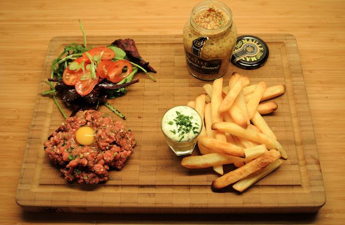 Mannenmaal: Steak Tartare met kwartelei en frieten