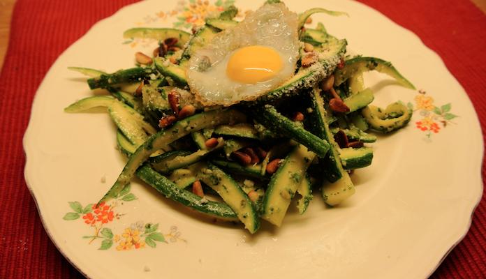 Courgettepasta voor dundassen met verse pesto & een kwartelei