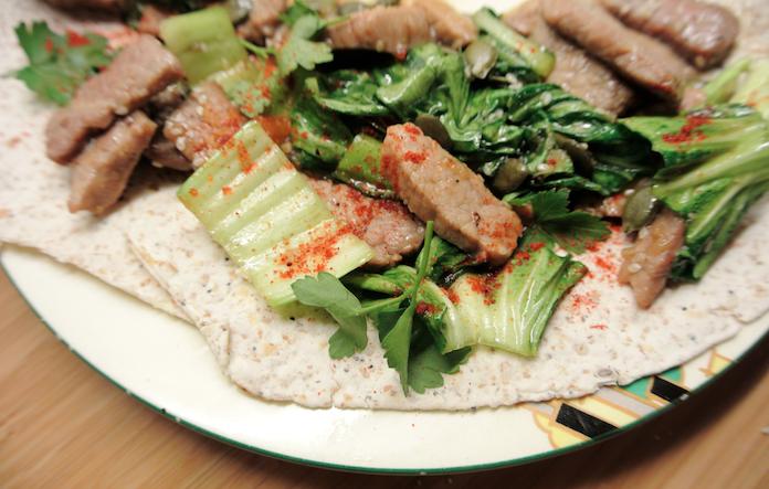 Wrap met biefstuk, paksoi, roerbaksaus & pompoenzaad