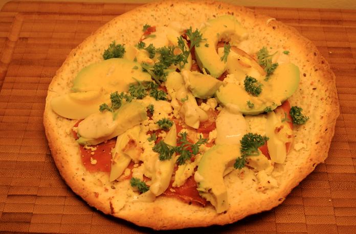 Snelle pizzaatjes met feta, ei, avo, parmaham & truffelmayo