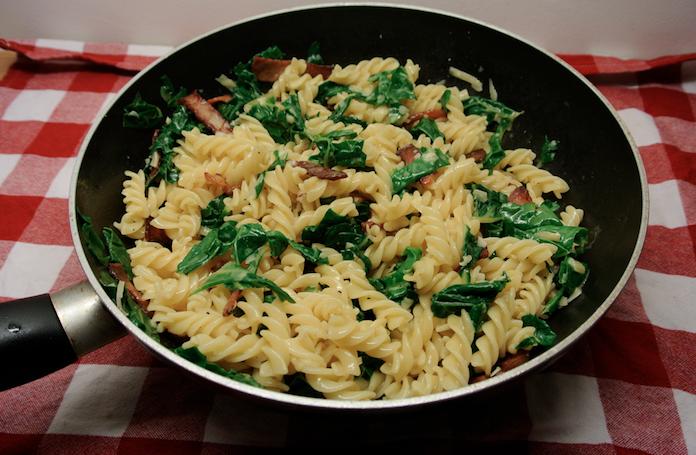 Machtige maaltijd: pasta carbonara met spinazie