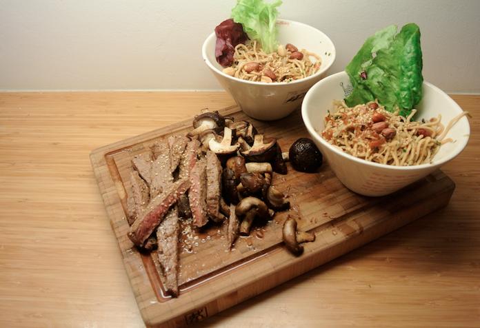 Sesam-steak met champignons en Oosterse garnalennoedels
