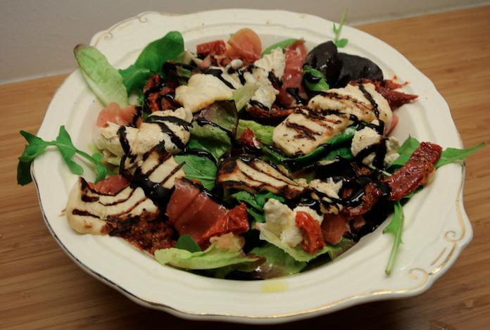 Salade met halloumi, humus, parmaham & gedroogde tomaat