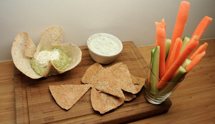 Knaagvoer: guacamole met kaaschips en groenten