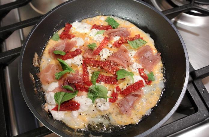 Omelet met parmaham, geitenkaas & gedroogde tomaat