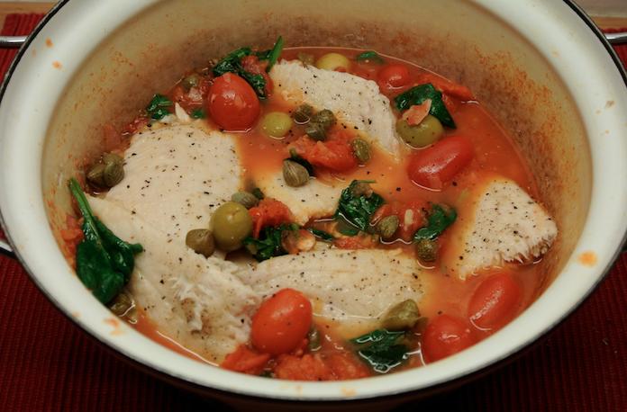 Vispotje met tomaat, spinazie, olijven & kappertjes