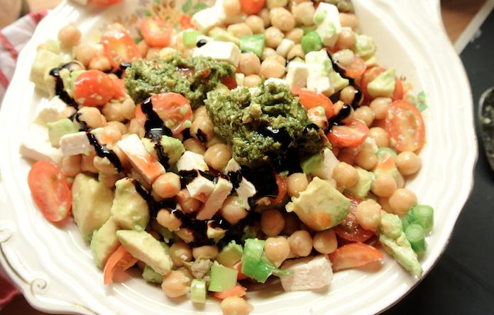 Kikkererwtensalade met avocado, bosuitje, feta & pesto
