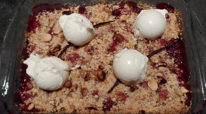 Rood fruit crumble met vanille-ijs en noten