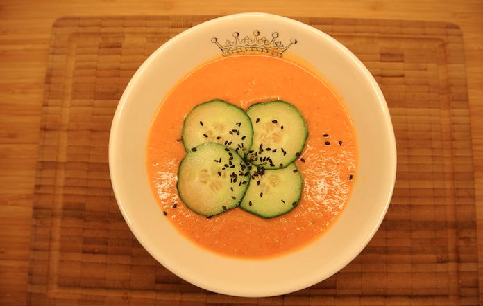 Goedgevulde tomatenlinzensoep met drijvende komkommer