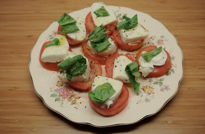 Mozzarella di bufala met roma tomaten en basilicum