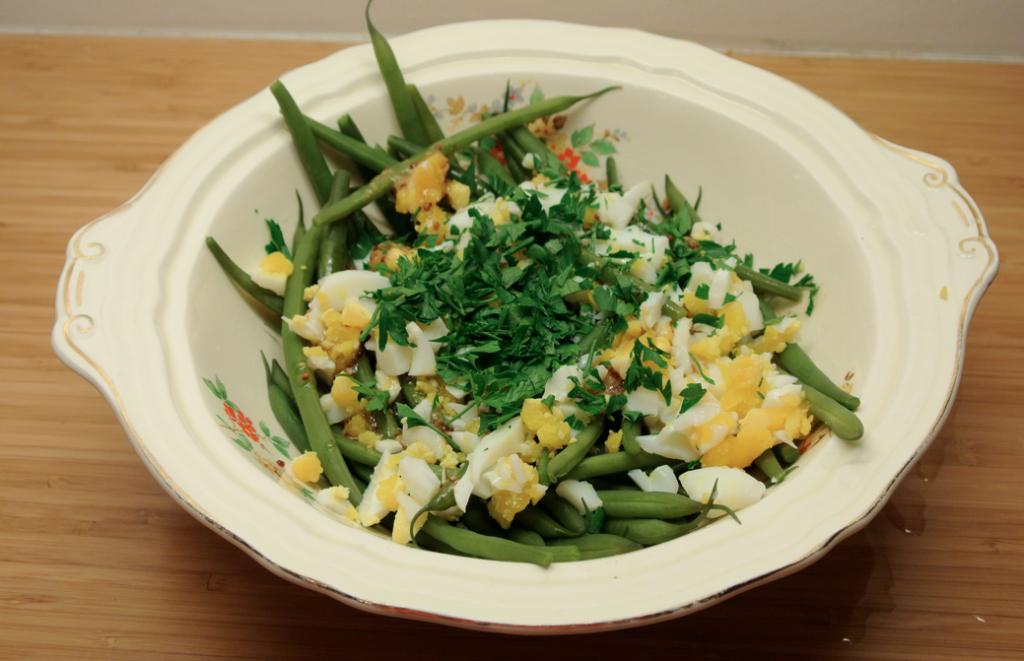 Haricots verts salade met een eitje, peterselie en vinaigrette