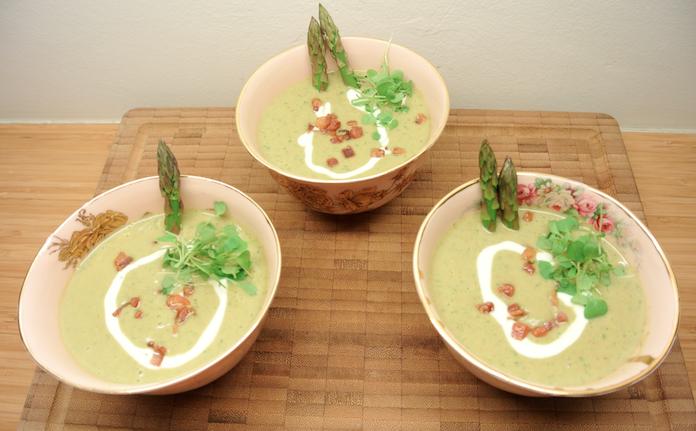 Voor de kerst: aspergesoep met pecannoten en spekjes