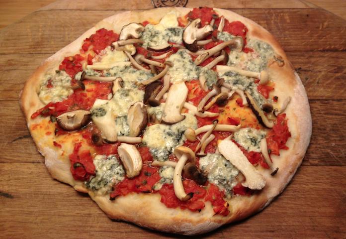 Pizza funghi met blauwe kaas en truffel