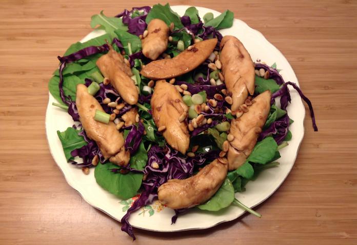 Oosterse salade met kip, rucola, rode kool en pijnboompitten