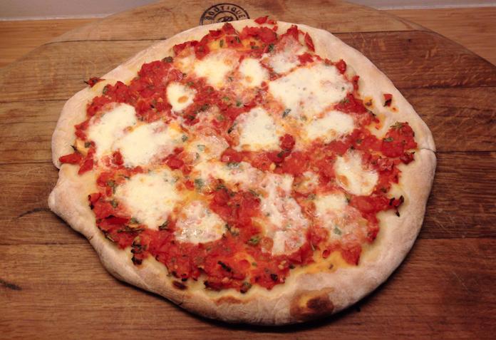Zelfgemaakte pizza Margherita