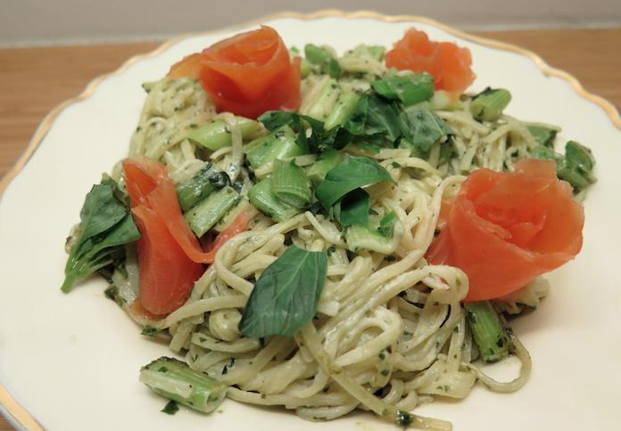 Pasta pesto met zalm, prei en basilicum