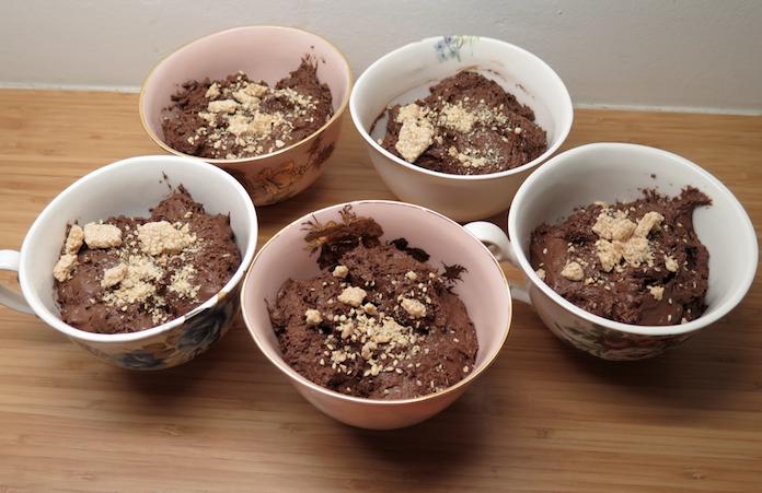 Luchtige chocolademousse met sesamkoekjes