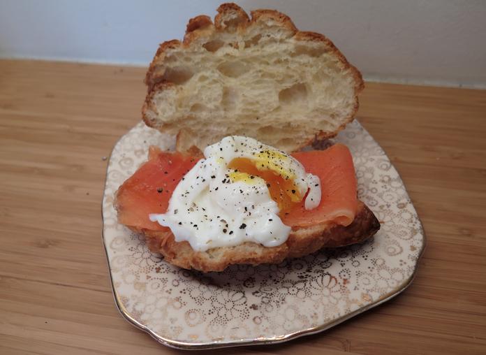 Zondagochtend: croissant met zalm en gepocheerd ei