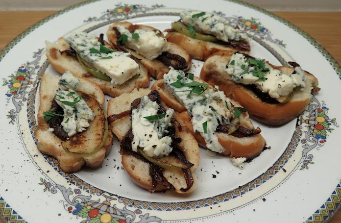 Brioche met blauwe kaas, appel en gekarameliseerde ui
