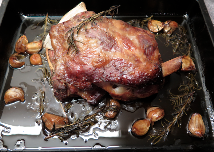 Langzaam gegaarde (3 uur) lamsschouder met rozemarijn en knoflook