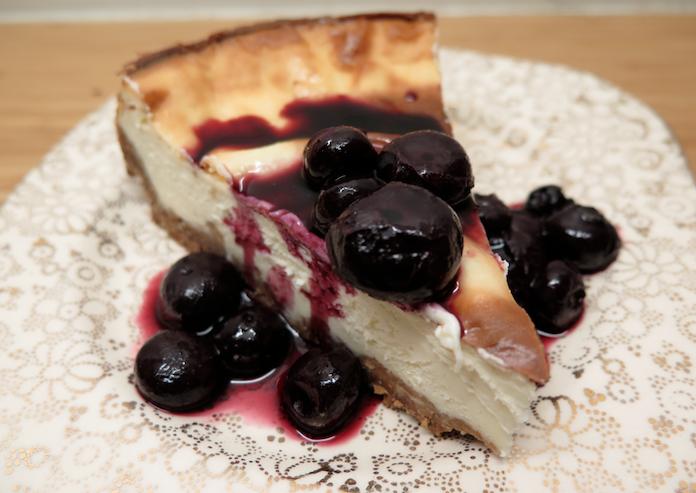 Gebakken cheesecake met blauwe bessen