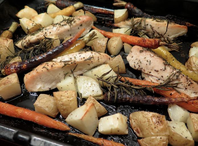 Makkelijk: kipfilet met aardappels en worteltjes uit de oven