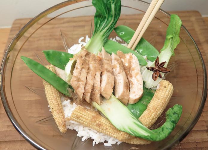 Chinese sojakip met gember en frisse groenten