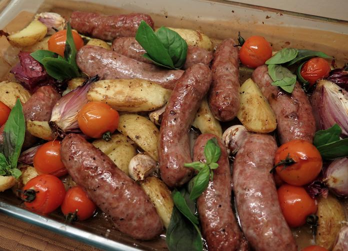 Ovenschotel: runderworstjes met aardappel en tomaatjes