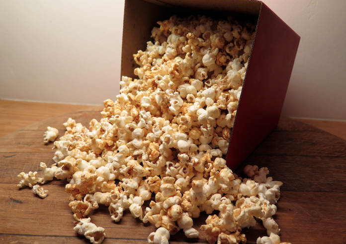 Zelfgemaakte zoetzoute popcorn met kaneel en paprika