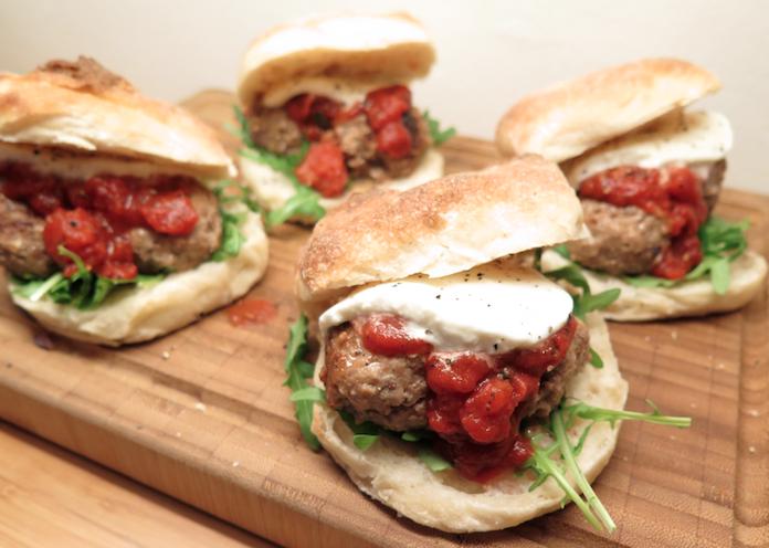 Broodje bijzondere bal: met tomatensaus en mozzarella