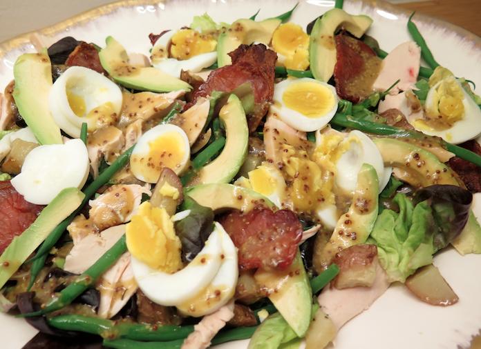 Left over salade met kip, aardappeltjes, avocado en ei
