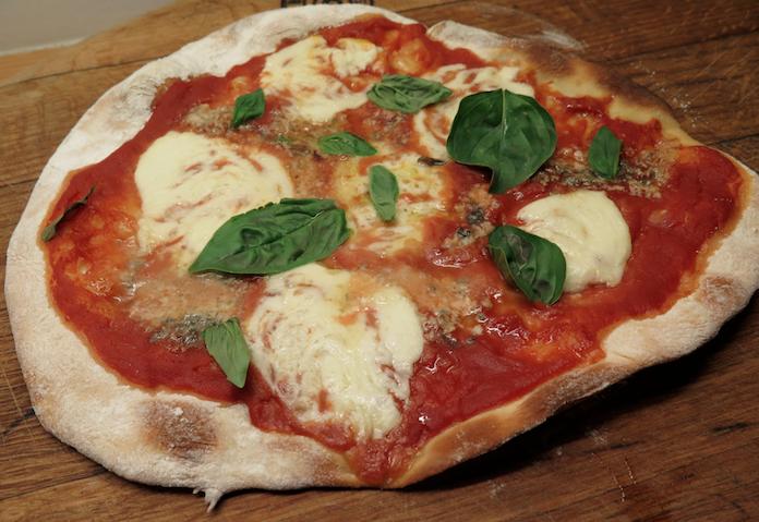 Zelfgemaakte pizza met gorgonzola