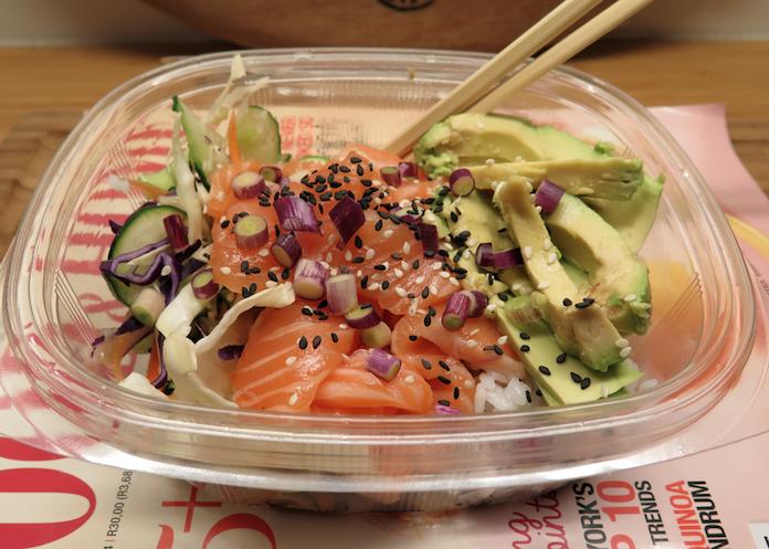 Zalm sashimi met plakrijst, salade en sojadressing