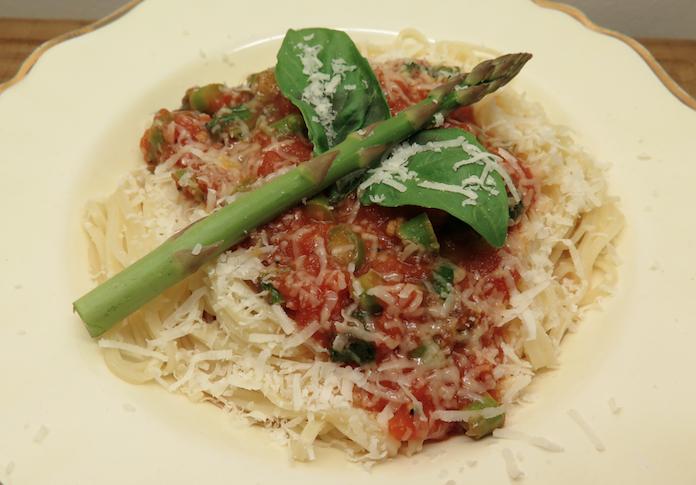 Engelenhaar pasta met asperges in tomatensaus