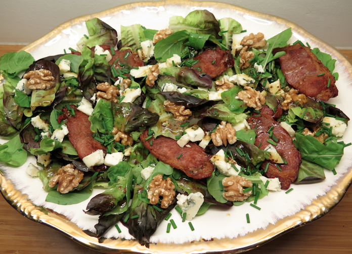Makkelijke salade met blauwe kaas, bacon en walnoten
