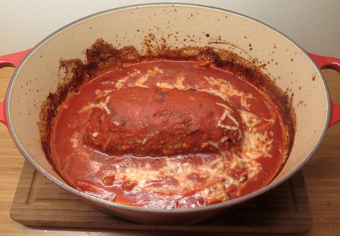 Meatloaf van rundergehakt in tomatensaus met wortel