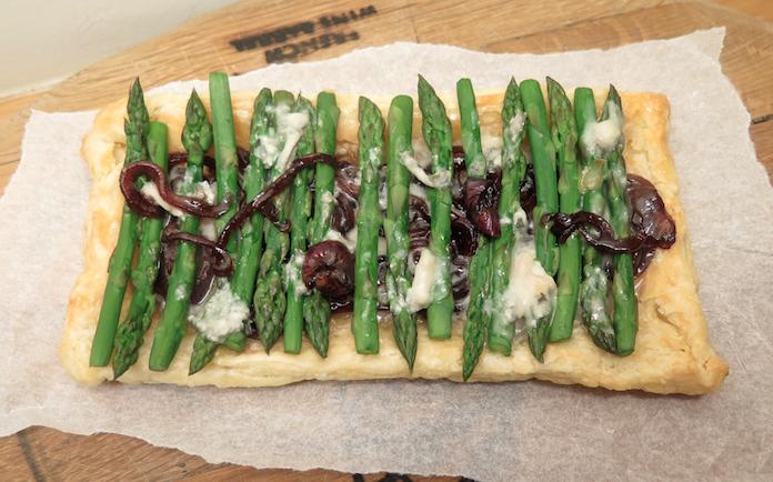 KERST vooraf: bladerdeegtaartje groene asperges en gorgonzola