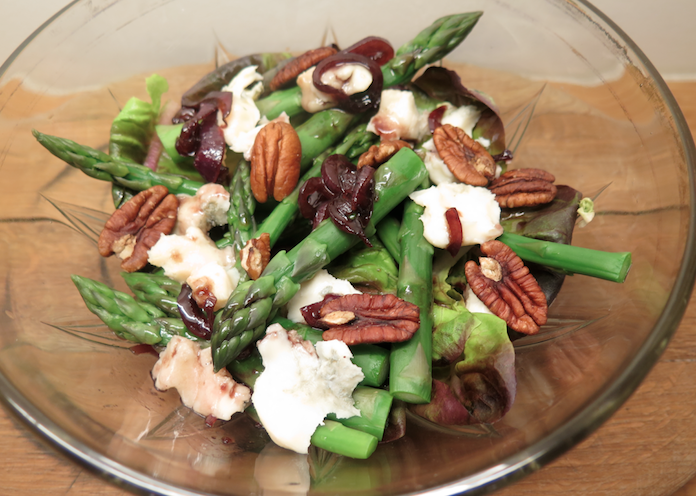 Salade met gorgonzola, asperges, pecannoten en gekarameliseerde ui