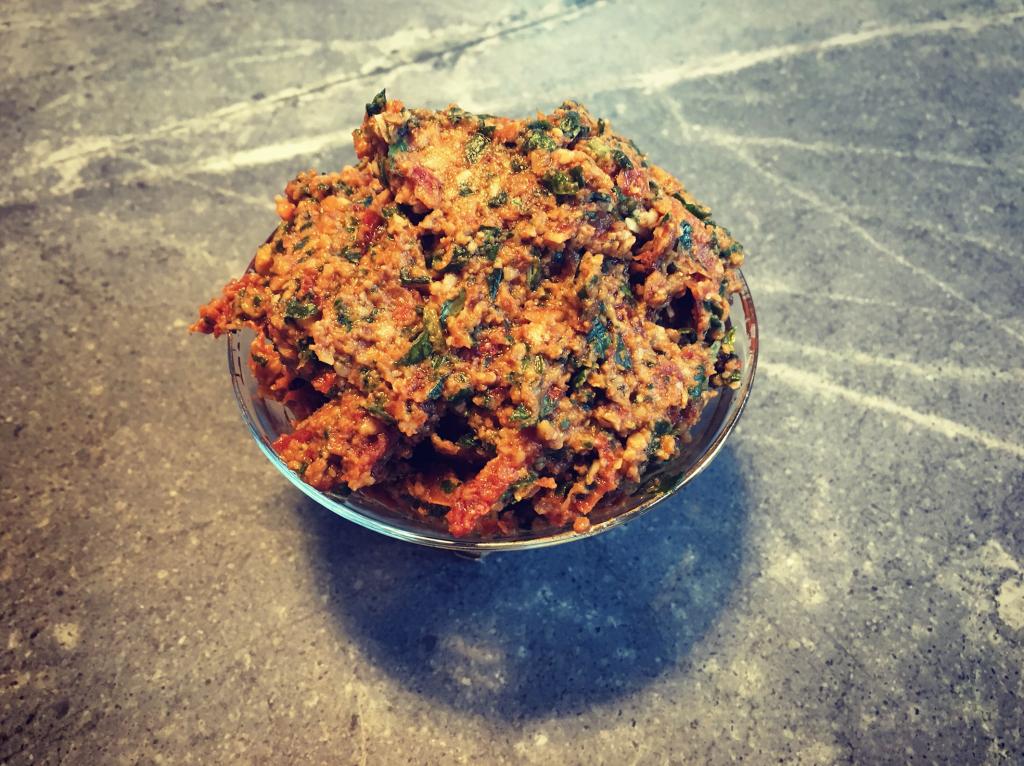 Pesto van zongedroogde tomaat met basilicum en pijnboompitten